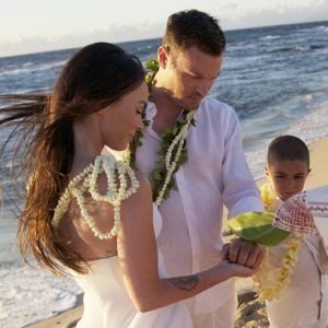 megan fox verheiratet am strand in hawaii. Black Bedroom Furniture Sets. Home Design Ideas